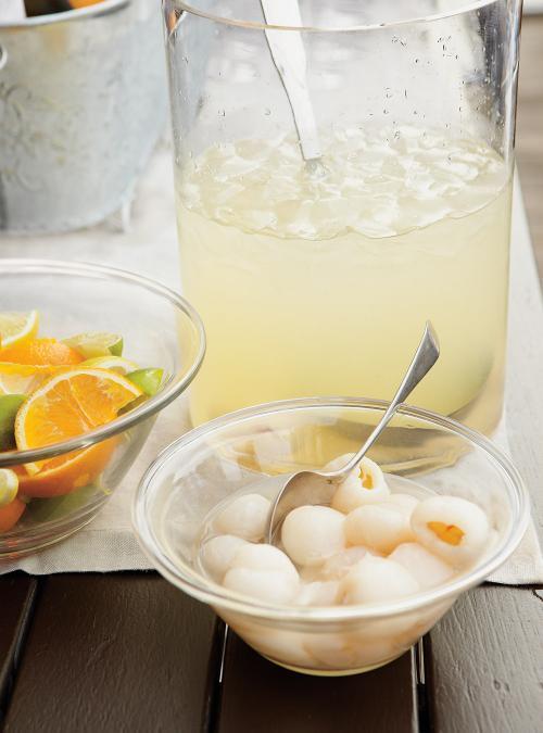Cocktail au rhum, citron, litchis et coco
