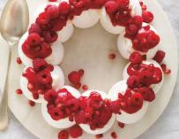 Couronne de pavlova aux fruits rouges