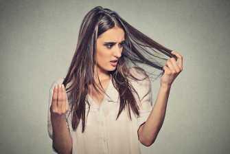 S'arracher un cheveu blanc va-t-il vraiment en faire pousser d'autres ?