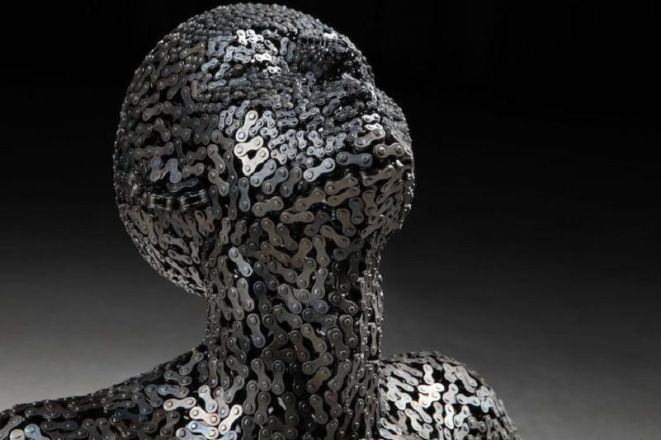 Les-Sculptures-grandeur-nature-de-Chaînes-de-Vélo-expriment-des-Émotions-humaines-puissantes-03