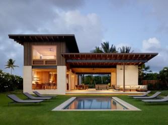 Cette belle maison à Hawaii a été conçue pour apprécier la vie à l'intérieur et à l'extérieur en bord de mer.
