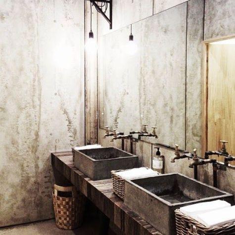 Salle de bain en béton et en bois (2)