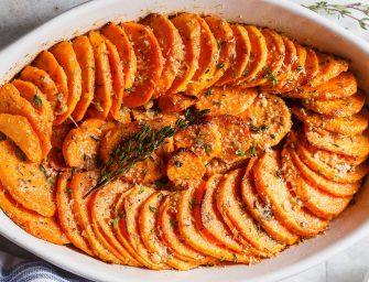 Les patates douces rôties au parmesan et à l'ail