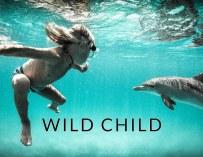 Ce garçon de 9 ans a grandi en surfant avec un dauphin
