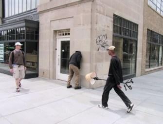 Mark Jenkins place 30 mannequins réalistes dans le monde entier pour déstabiliser les passants.