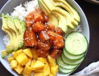 Poke bowl au saumon teriyaki et à la mangue