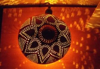 Une lampe en noix de coco pour une ambiance féerique
