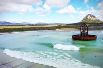 La plus grande piscine à vagues du monde crée 5 vagues différentes pour les surfeurs de tous niveaux