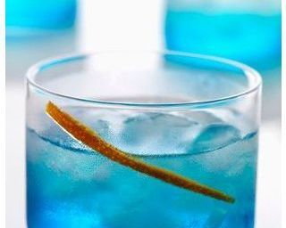 Cocktail Blue Hawaiian au rhum et curaçao