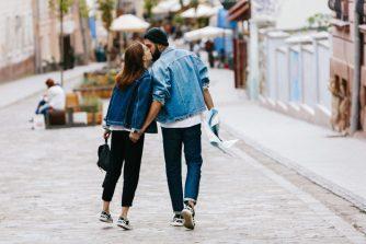 6 signes du langage corporel qui révèlent les secrets de votre couple