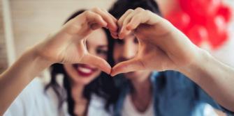 L'histoire de la Saint-Valentin : Pourquoi nous la célébrons avec des cadeaux, des chocolats, des roses et des cartes