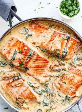 Le saumon au beurre et à l'ail