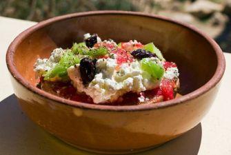 La salade crétoise, tomates cerises, câpres et feta