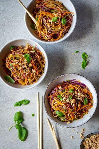 Nouilles teriyaki aux légumes et aux arachides