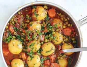 Petits pois, carottes et pommes de terre en sauce tomate