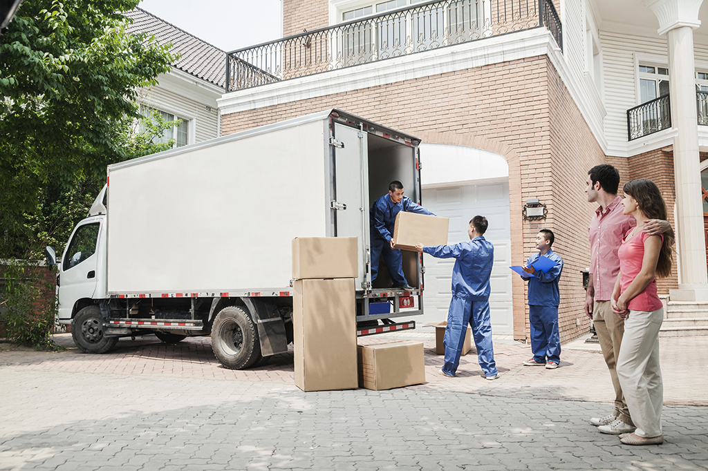 Which Is the Better Way to Move: Professionals Movers or Moving Containers?