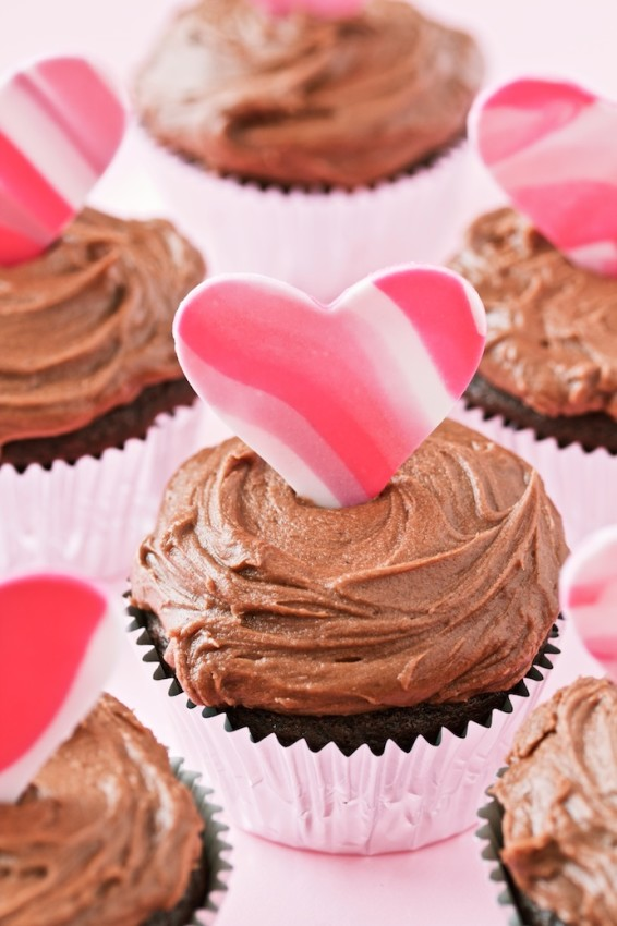 easy chocolate cupcakes with simple chocolate frosting and fondant hearts | movita beaucoup