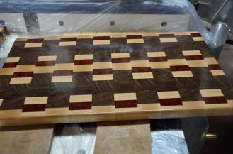 When the board is coated with oil, the beauty of the wood is revealed.