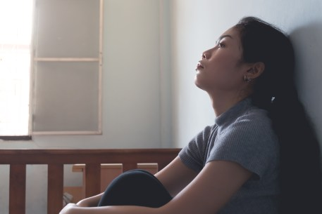 A tired woman agasint a wall and stares into the distance. Anxiety treatment in Orange County, CA can help with sleep issues. Contact an anxiety therapist to learn more about anxiety treatment for teens today!