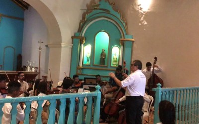 Carlos Moreno, maestro da Orquestra Acadêmica Mozarteum Brasileiro, realiza workshop e concerto em Trancoso, para alunos da NEOJIBA
