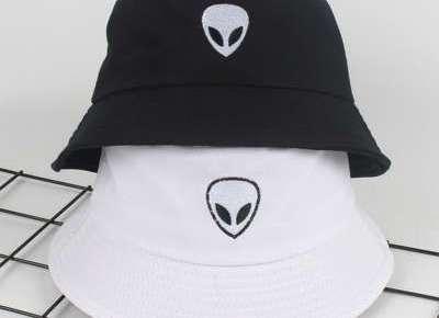 Černé a bílé čepice