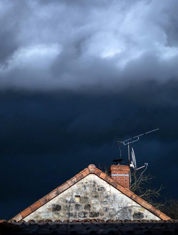 """""""Le ciel joue les artistes"""" La météo nous offre parfois de chouettes tableaux ... entre le gris/bleu ardoise et le blanc vaporeux. Ce que j'ai trouvé intéressant et amusant ici, c'est la très nette superposition des deux zones, et du coup, j'ai même eu envie d'y intégrer une partie du toit."""