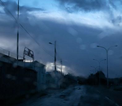 """""""Errance"""" Prise de vue de l'intérieur d'un véhicule, pluie sur le pare-brise."""