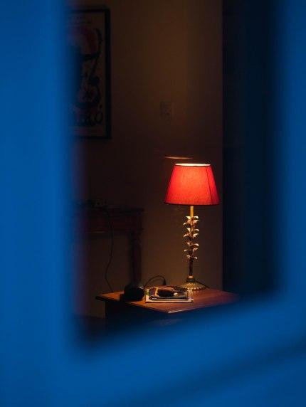"""""""So cosy"""" Photo prise au crépuscule. Vue chaleureuse saisie à l'extérieur associant intérieur et extérieur."""