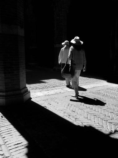 Ces deux femmes chapeautées ont immédiatement attiré mon attention, j'ai attendu qu'elles soient dans la lumière en prenant soin de créer une diagonale avec l'ombre du pilier.