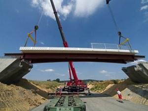 Первый композиционный мост возвели в Европе.Для установки первого моста из композиционных материалов на полимерной основе потребовался всего один день