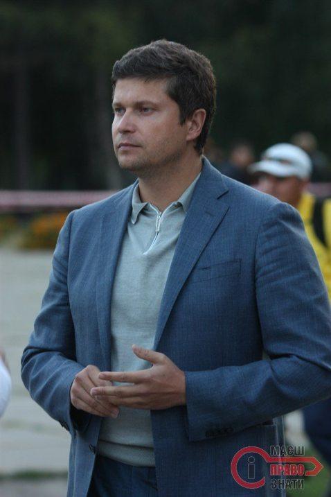 Присутній народний депутат Павло Різаненко  пильно стежить, аби все було в порядку