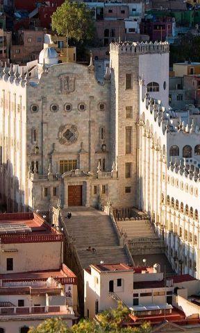 La imponente vista del edificio de la Universidad de Guanajuato.