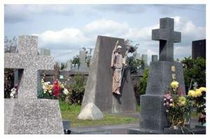 唐湊墓地のキリスト復活像