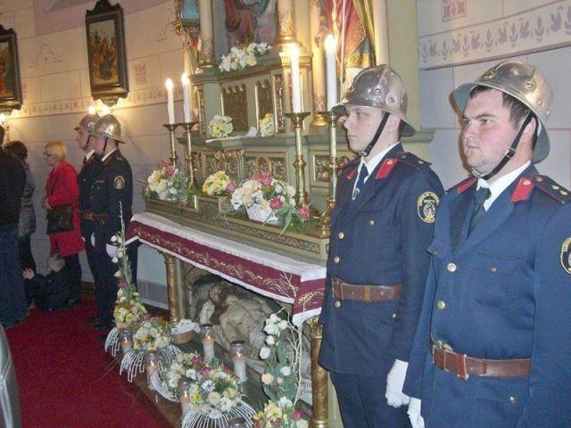 Vatrogasci čuvaju Kristov grob