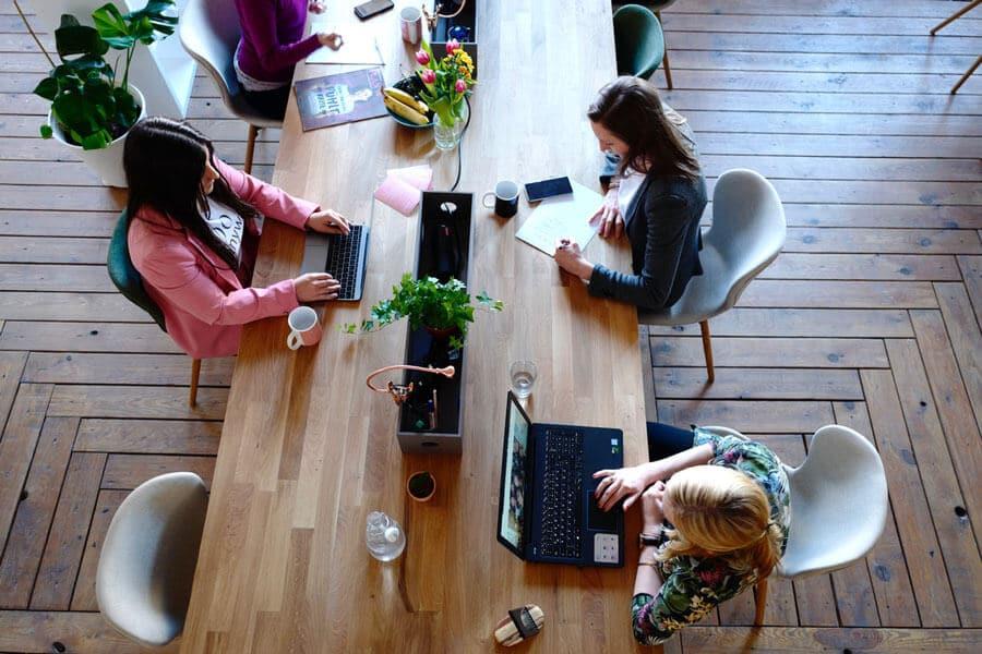 Travail de bureau : 2 cm de tour de taille en plus par heure
