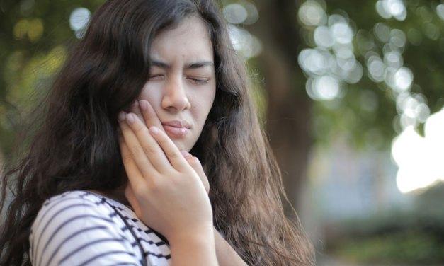 Comment traiter les gencives qui saignent naturellement ?