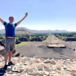 ich (lächelnd) auf der Mond-Pyramide mit der Sonnen-Pyramide im Hintergrund