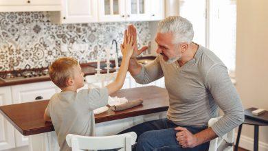 الأب يلعب مع إبنه
