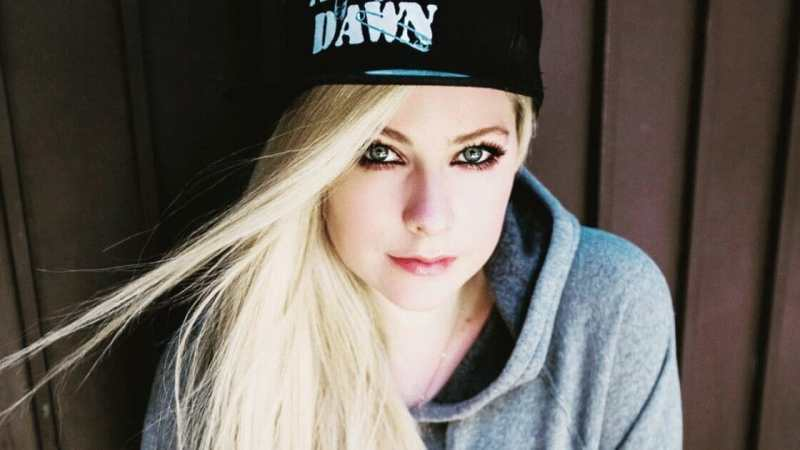 Avril Lavigne - Tell Me It's Over 中文歌詞翻譯介紹
