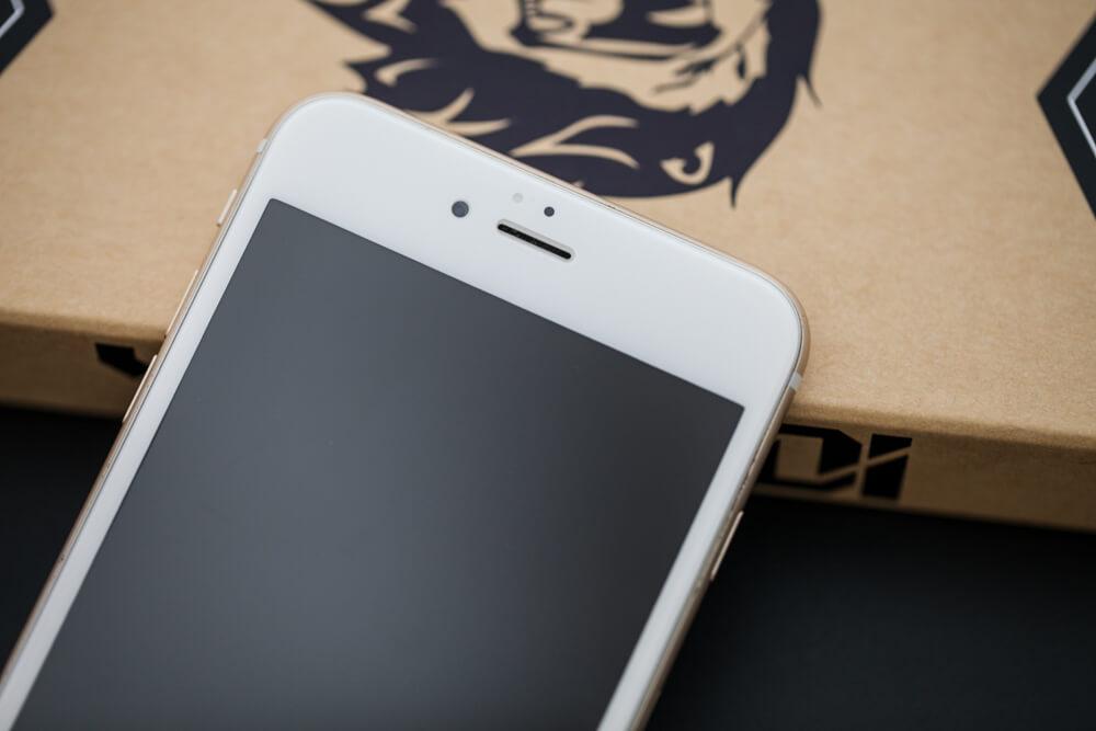 採用獨家原料!YoungDi 3D 曲面滿版玻璃貼魔法版完美保護住你的 iPhone