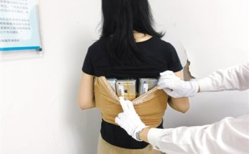 中國婦女將102台iPhone綁在身上如同炸彈客造型!想騙過海關入境