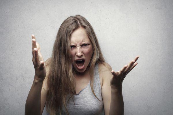 一個被妥瑞氏症纏身而抓狂得的女孩