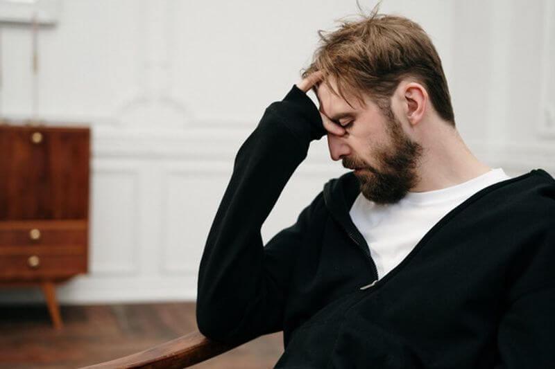 一位男人心情非常沮喪