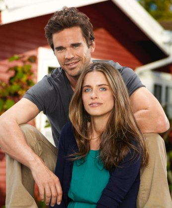 David Walton as Pete, Amanda Peet as Alex, on NBC's new sitcom 'Bent.' (Photo: Mitchell Haaseth/NBC)