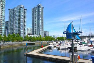 "Photo 1: 39 1088 MARINASIDE Crescent in Vancouver: Yaletown Condo for sale in ""QUAYSIDE MARINA"" (Vancouver West)  : MLS®# R2449993"