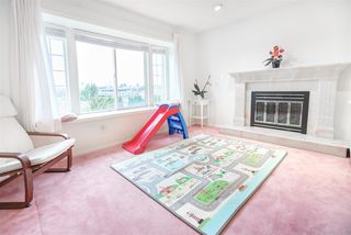 Photo 4: 5812 DUMFRIES Street in Vancouver: Killarney VE House for sale (Vancouver East)  : MLS®# R2528055