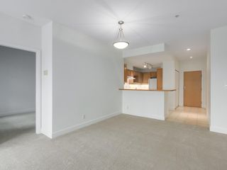 """Photo 7: 301 6198 ASH Street in Vancouver: Oakridge VW Condo for sale in """"THE GROVE"""" (Vancouver West)  : MLS®# R2332430"""