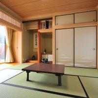 応接間として使える和室。床の間、濡れ縁、縁側のある趣きある空間。