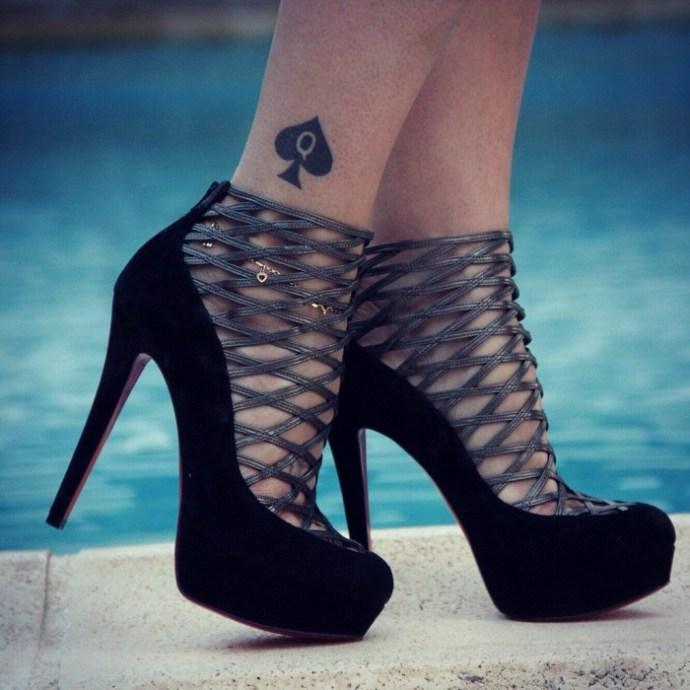 Le tatouage d'Elysa sur sa cheville droite