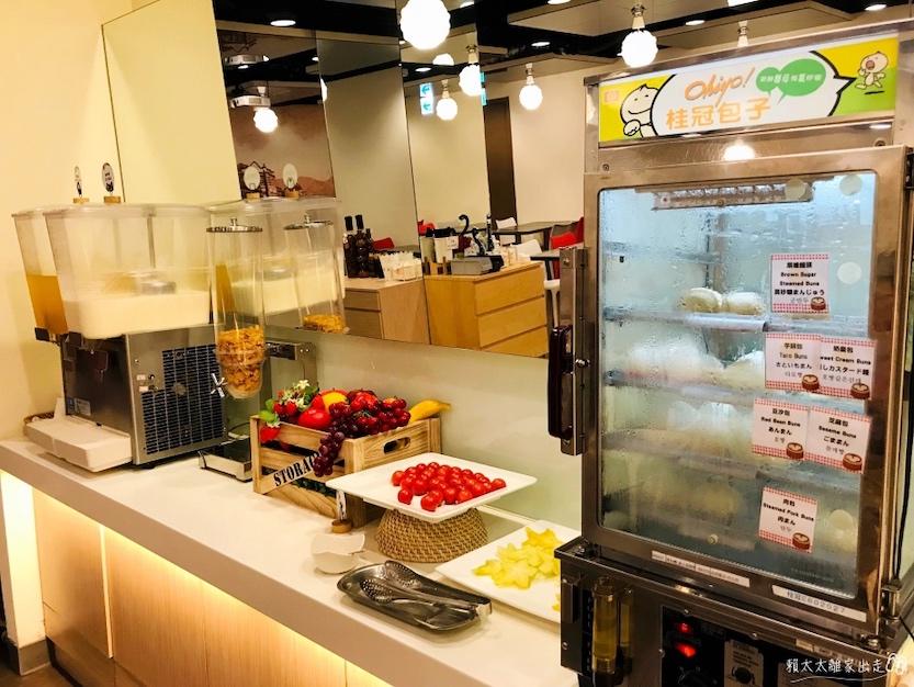 西悠飯店早餐有水果和包子饅頭